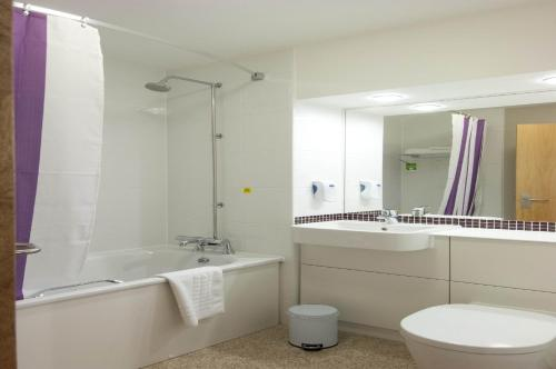 Premier inn london leicester square for Bathroom design quad cities